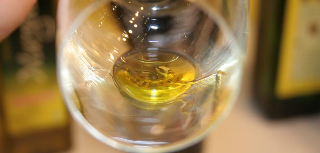 Una copa amb unes gotes d'oli d'oliva a l'interior.